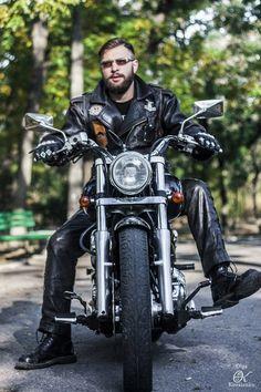I really like this wonderful photo Motorcycle Photo Shoot, Bike Photo, Motorcycle Clubs, Man Photo, Sexy Biker Men, Biker Photoshoot, Photoshoot Ideas, Bike Leathers, Motorcycle Photography