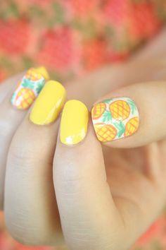gelber Nagellack, Ananas als Dekoration, Sommerideen für Nageldesign