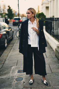 Nina Suess Black And White Masculine Chic Fall Street Style Inspo Fashionistas Autumn Street Style, Street Chic, Street Wear, Fashion 2017, Fashion Outfits, Womens Fashion, Street Fashion, Fashion Corner, Professional Wardrobe