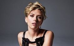 Celebrities - Scarlett Johansson Photos collection You can visit our site to see other photos. Scarlett Johansson, Summer Hairstyles, Cool Hairstyles, Celebrity Gossip, Celebrity Style, Hand On Head, Womens Black Leather Jacket, Face Images, Sofia Coppola