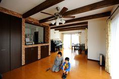 キッチンから見渡せる広々としたリビングダイニングは、ほぼ全面に床暖房を導入。