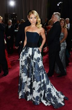 Kelly Ripa in @HouseofHerrera at #Oscars I didn't see photos of her until today. Its one of my faves now