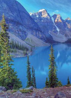 モレーン湖とカナディアンロッキー(カナダ バンフ国立公園) Moraine Lake in the Canadian Rockies,Banff National Park Canada