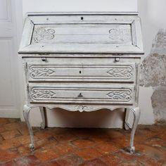 Une élégance aristocratique pour ce secrétaire à abattant de style Louis XV Rocaille aux magnifiques pieds et courbes galbées, interprétée en deux tons : peinture...  - bois (Matériau) - blanc - bon état - classique