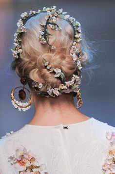 Dolce & Gabbana at Milan Fashion Week Spring 2014 - Details Runway Photos Pretty Hairstyles, Wedding Hairstyles, Bridal Hairstyle, Flowers In Hair, Flower Hair, Braid Flower, Rose Flowers, Purple Roses, White Flowers
