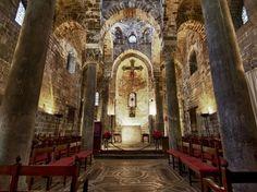 La Chiesa capitolare di San Cataldo - www.pmocard.it La Storia La fondazione della Chiesa viene collocata abitualmente negli anni immediatamente successivi alla metà del XII secolo. La realizzazione è tradizionalmente attribuita a Maione da Bari.