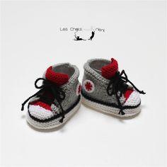 Chaussons baskets bébé bicolores tricotées main, laine mérinos, rouge et gris
