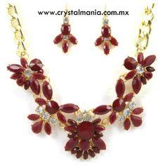 Set de collar y aretes en tono dorado con cristales y detalles en tono rojo estilo 30502