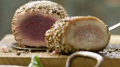 Butterzart und scharf gewürzt: Gebratener Thunfisch im Pfeffermantel mit Olivenlauch | http://eatsmarter.de/rezepte/gebratener-thunfisch
