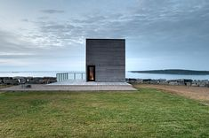 Infinite water Two Storey Cliff House in Nova Scotia Designed as a Peaceful Retreat