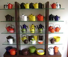 Cool collection the colors.and that piece of furniture? Huge collection of midcentury Arabia Finel enamelware. Vintage Enamelware, Simple House, Glass Design, Kitchenware, Floating Shelves, Retro Vintage, Art Deco, Enamel Ware, Pottery