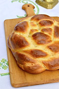 round-challah-vertical Round Challah Recipe, Challah Bread Machine Recipe, Challah Bread Recipes, Bread Machine Recipes, Jewish Recipes, My Recipes, Cooking Recipes, Sour Cream Cake, Thing 1