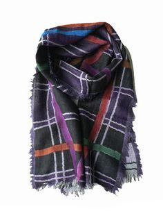 Wollen sjaal met ruitpatroon. De shawl is met de hand geverfd met natuurlijke grondstoffen. Deze sjaal is ook goed te dragen op een trui of colbert.
