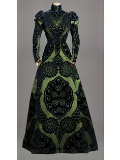 Worth, vers 1895. http://www.vogue.fr/culture/a-voir/diaporama/la-haute-couture-s-expose-a-paris/12166/image/735114