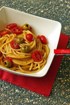 Pasta con pomodorini, acciughe e olive