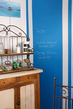 Update your kitchen with chalk board paint. This time it is in a lively color and with stripes for extra emphasis. Painted Boards, Chalkboard Paint, Buffet, Rivage, Julien, Shelves, Chalk Board, Cabinet, Kitchen