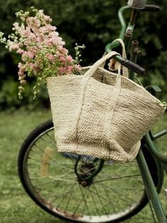 have to heart an old vintage bike with a basket of flowers. Old Bikes, Decoration Design, Vintage Bicycles, Flower Basket, Burlap, Shabby Chic, Bloom, Tote Bag, Farmers Market