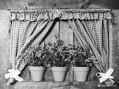 Appeso ad una parete in taverna, attira subito l'attenzione questo quadro 3D in legno, stoffa, fiori secchi e tre mezzi vasi in terracotta.