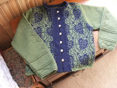From a pattern by Solveig Hisdal (designer for Oleana) ? The style is not me but the leaf pattern caught my eye. Fair Isle Knitting, Hand Knitting, Knitting Patterns, Knitting Machine, Knitting Ideas, Knitting Projects, Green Cardigan, Sweater Cardigan, Norwegian Knitting