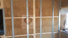 Montagem das parede com painéis da palha concluída.Deu-se ao início o revestimento exterior/interior.