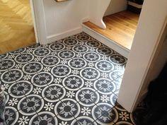 carrelage imitation carreaux de ciment en noir et blanc à motifs floraux