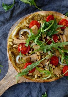 Al een tijdje ben ik fan van wrap pizza's. Deze skinny pizza's zijn namelijk al binnen een kwartiertje klaar en smaken net zo lekker als the real deal. Je hoeft geen deeg te kneden maar gebruikt gewoon een volkoren wrap. De combinatie van groene pesto, kip en pijnboompitjes is heerlijk, typisch Italiaans. Voor dit recept …