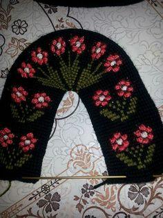 Kabartmalı çiçek Beaded Flowers Patterns, Crochet Flowers, Crochet Patterns, Tunisian Crochet, Knit Crochet, Crochet Hats, Knitted Slippers, Crochet Baby Booties, Diy And Crafts