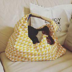 Pour les sorties à la plage, le shopping, les week-ends et les mamans glamour !   Un sac cabas en 10 étapes ! Pour un sac de 52×42 cm.
