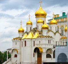 cathédrale de l'Annonciation Kremlin Construite en 1485-1489, elle était la cathédrale personnelle, intime des grands-princes et des tsars qui y accédaient à partir du Grand Palais du Kremlin que l'on aperçoit derrière, par un passage couvert.