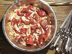 Шашлык из говядины Bosnian Recipes, Ukrainian Recipes, Bon Appetit, Sausage, Grilling, Meat, Dinner, Food, Dining