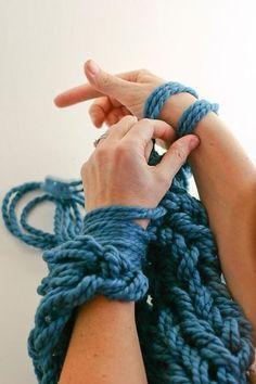 「アームニッティング」 この言葉、初めて聞く人も多いのではないかと思います。 日本語に訳すと「腕編み」。 普通、編み棒に毛糸をかけて編んでいくものですが、うで編みでは道具を一切使わずに自分の腕を使って毛糸をかけて行くんです。 編み棒よりうんと太い自分の腕を使う事で、ざっくりとした優しい風合いの編み物が出来上がるんですよ。