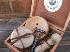 No more disposable razors ! Vintage Cigar Box, Wooden Cigar Boxes, Disposable Razors, Classic Shaving, Wooden Soap Dish, Wooden Man, Beer Soap, Eco Products, Belt