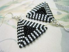 Beadwork Peyote Triangle Earrings in Black and por MadeByKatarina