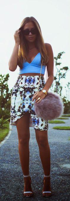 summer outfits pra mujeres que les gusta vestirse hermosas? una falda floreada y un top crop de azul cielo con tacones blanco pra estar al 100