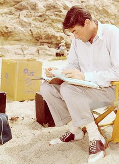 Gregory Peck on the set of Beloved Infidel Hollywood Beach, Hollywood Actor, Golden Age Of Hollywood, Vintage Hollywood, Classic Hollywood, Gregory Peck Movies, Atticus Finch, Deborah Kerr, Ivy Style