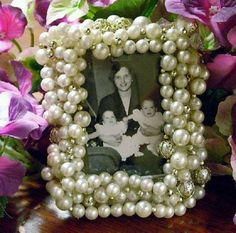 2017 Gift Guide: DIY Photo Gifts for Grandparents 2017 Gift Guide: DIY Photo Gifts for GrandparentsIf there's one thing that most grandparents have in common, it's that they like to show off Cute Crafts, Crafts To Make, Diy Gifts, Handmade Gifts, Diy Frame, Diy Photo, Vintage Frames, Inspirational Gifts, Craft Projects
