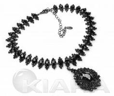 Kolia z prawdziwych, czarnych kryształów (jet) w starej, barokowej formie medalionu, wykończona czarną galwanizacją bez niklu.  Kolor: kryształowe oczka czarne (jet). galwanizacja w kol. czarnym  Szerokość produktu: 1.8 cm Długość produktu: 33 cm Szerokość elementu ozdobnego: 3 cm Długość elementu ozdobnego: 4.5 cm Długość regulacji: 9.5 cm Średnica elementów: od 0.3 cm do 0.6 cm Wymiary elementów: 1.8 x 1.5 cm Typ zapięcia: karabinek