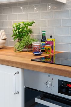 Grey Kitchen Designs With Exciting Kitchen Backsplash Trends Part 5 Kitchen Wall Tiles, Kitchen Flooring, Kitchen Backsplash, Diy Kitchen, Kitchen Interior, Kitchen Decor, Kitchen Wood, Backsplash Design, Backsplash Ideas
