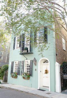 Girls Weekend in Charleston House Paint Exterior, Exterior House Colors, Exterior Design, Townhouse Exterior, Pintura Exterior, Stucco Homes, Charleston Homes, Cute House, Exterior Remodel
