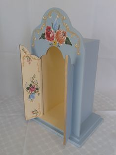 Beautiful colours and handpainted detailing and we love the painted design on the inside of the piece. Decor Crafts, Diy And Crafts, Arts And Crafts, Crafts To Make And Sell, Farmer Painting, Painting On Wood, American Crafts, American Decor, Decoupage
