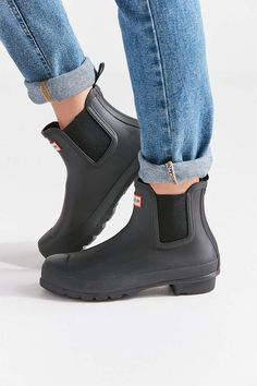 Shop Hunter Original Chelsea Rain Boot at Urban Outfitters today. Chelsea Boots Outfit, Hunter Boots Outfit, Rainboots Hunter, Hunter Chelsea Rain Boots, Short Rain Boots, Short Hunter Boots, Nylons Heels, Hunter Original, Boating Outfit