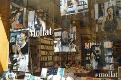 """Cet été chez Mollat est l'occasion de voir ou revoir certains des """"bookfaces"""" les plus marquants et les plus appréciés de notre compte Instagram. Pour l'occasion, ils sont présentés en très grand format dans nos vitrines. Profitez donc de ce mois d'août pour découvrir vos libraires jouant et réinterprétant librement les couvertures de leurs livres favoris."""