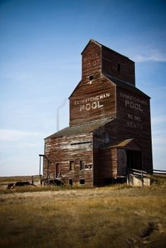 Saskatchewan Pool grain elevator, a staple of prairie scenery. Old Buildings, Abandoned Buildings, Abandoned Places, O Canada, Canada Travel, Province Du Canada, Voyage Canada, Canadian Prairies, Saskatchewan Canada