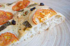 Hämmentäjä: Tomaatti-basilika-oliivifocaccia. Focaccia with tomato, basil and olives.