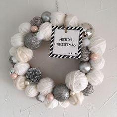 女性で、4LDKのナチュラルリース/ニットリース/DIY/女子力UP/スペシャル☆/クリスマスリースハンドメイド…などについてのインテリア実例を紹介。(この写真は 2016-12-07 20:57:18 に共有されました) Xmas Wreaths, Handmade Christmas Decorations, Christmas Tree Decorations, Christmas Mood, Holiday Fun, Ideas Decoracion Navidad, Pom Pom Crafts, 242, Button Crafts