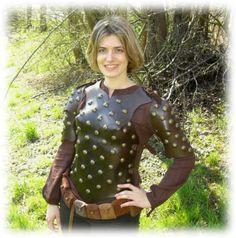 Nietenbeschlagene, anatomisch geformte Frauenrüstung aus pflanzlich gegerbtem, ca. 3,5 mm starken Rindervolleder. Rautiert und reichlich mit Nieten beschlagen. Leicht gehärtet und von Hand gefärbt.  -  Women Leatherarmor