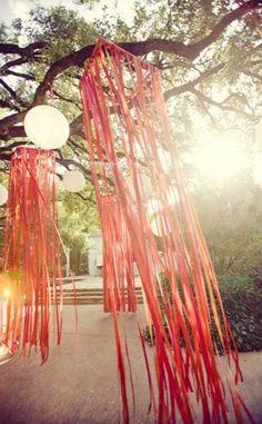 Arches de rubans! Tu utilises un arbre comme structure de base pour ton arche... en plein dans le thème campagne!
