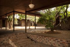 Studio Mumbai, Carrimjee House: Courtyard houses are not only effective at creating privacy, they allow interior rooms to be flanked by exterior spaces, and use that exterior space to stitch the house together Natural Architecture, Brick Architecture, Vernacular Architecture, School Architecture, Residential Architecture, Architecture Details, Landscape Architecture, Interior Architecture, Futuristic Architecture