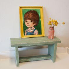 Kasteelgroen Kinderbankje!Een kinderbankje voor de kleintjes in de kleur kasteelgroen gemaakt van steigerhout. Maar ook leuk om als bijzetter te gebruiken, je kunt er oneindig mee decoreren.