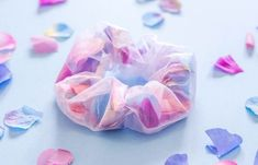 frankie exclusive diy: floral scrunchie frankie exclusive diy: floral scrunchie,Geschenke/Kleinigkeiten Blumen-Haarband There are images of the best DIY designs in the world. Diy Hair Scrunchies, How To Make Scrunchies, Crafts For Teens To Make, Diy And Crafts, Kids Diy, Decor Crafts, Easy Crafts, Frankie Magazine, Accesorios Casual
